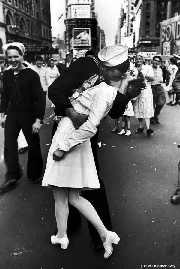 vj-day-kiss-famous-kisses-2799413-600-8971